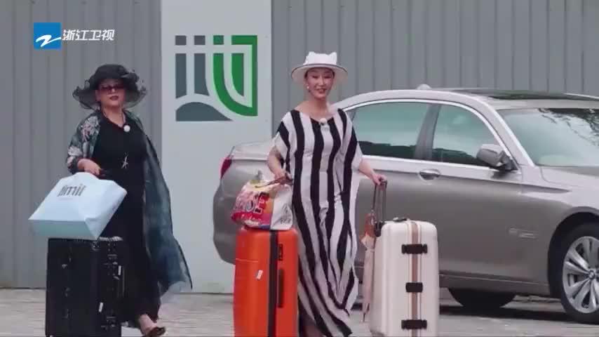 各位游客请注意陈旭东团队最后两位姐姐集结完毕准备出发