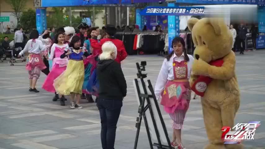 南京女孩戴面具求拥抱,没想到第一个抱她的竟是玩偶熊……看哭