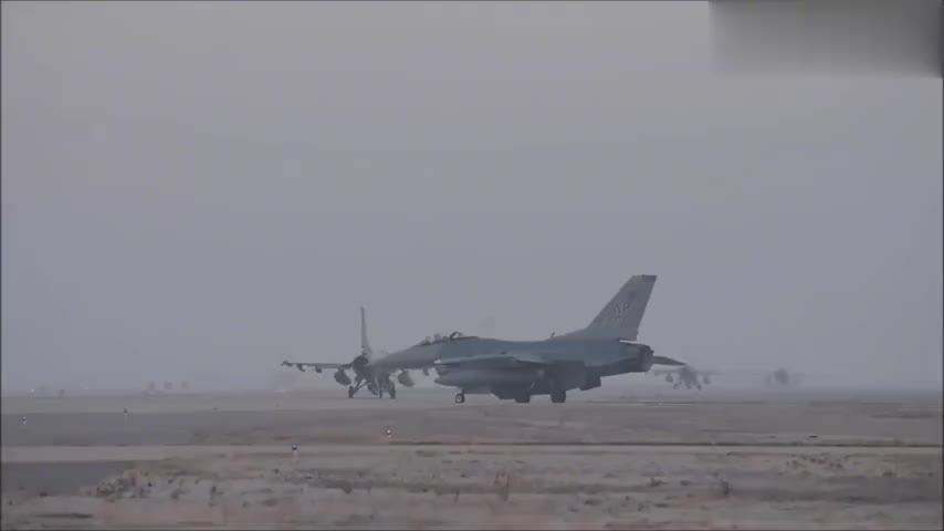 """实拍F-16""""战隼""""一架接一架起飞升空"""