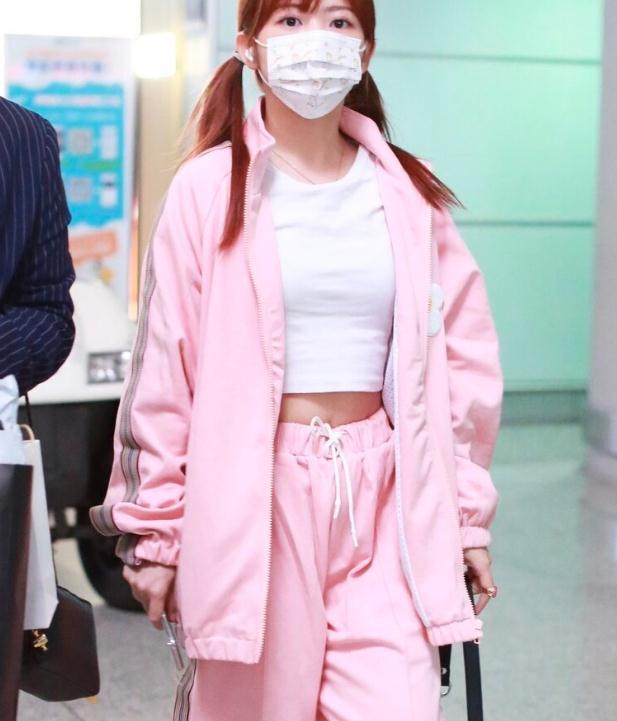 赖美云一袭粉色套装,扎双马尾辫超可爱,尽显少女心!