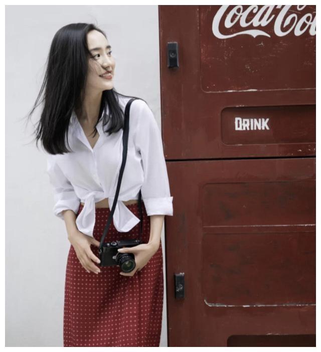 """关于好身材的重要性,37岁王智显示肚脐白衬衫和""""水蛇腰"""""""