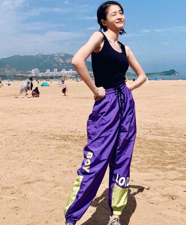 张雪迎太酷了吧,紫色工装裤搭黑色背心,轻松打造时髦帅气范