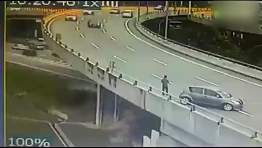 高架桥上司机的灵活身手救了自己一命否则要在轮椅上度过一生了