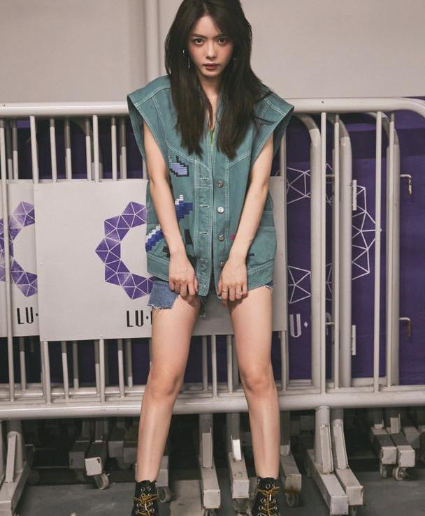 蔡文静最新美照,穿牛仔套装上演下半身失踪效果,一双长腿好抢镜
