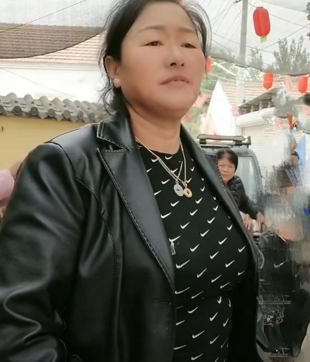 陈亚男孝顺婆婆!买风衣+蕾丝边儿毛衫很洋气,看来百万彩礼值了