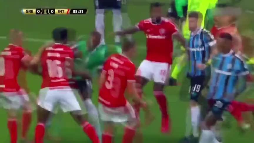 南美解放者杯现数十人群殴!双方开辟多个战场 主裁怒掏8张红牌