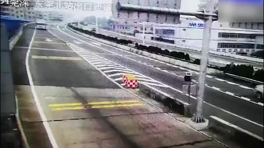 开车走神很要命!大货车司机走神一秒,命丧黄泉