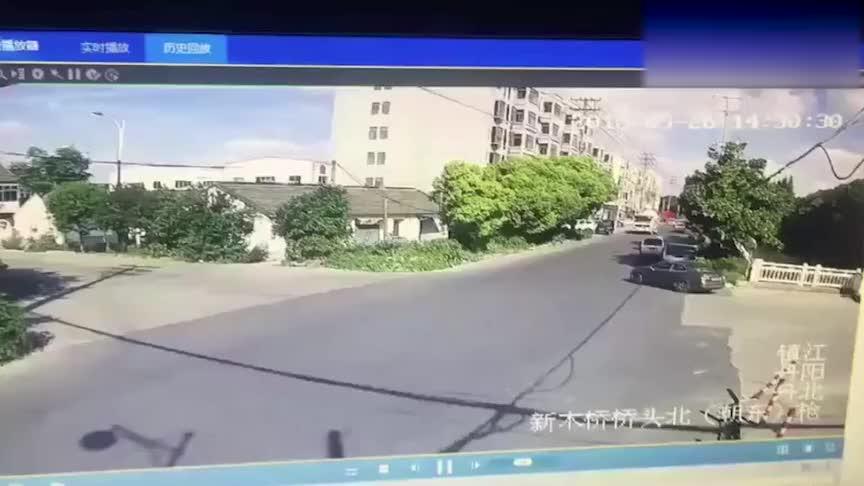 泥头车路口不减速,结果SUV瞬间被压扁