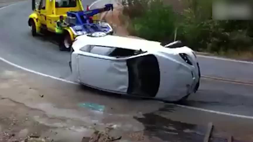 拖车司机操作失误,车主当场就哭了