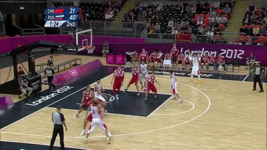 王者风范!易建联突破俄罗斯男篮防守,一个高空灌篮惊艳全场