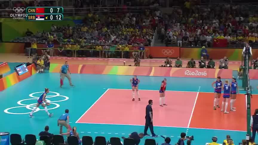 女排沸腾了,袁心玥拦住了博斯科维奇的进攻,全场观众鼓掌助威