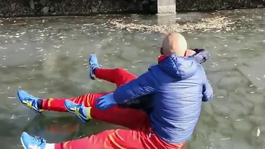 河面上无意看到,我憋不住笑了,亲兄弟连丢脸都要一起丢!