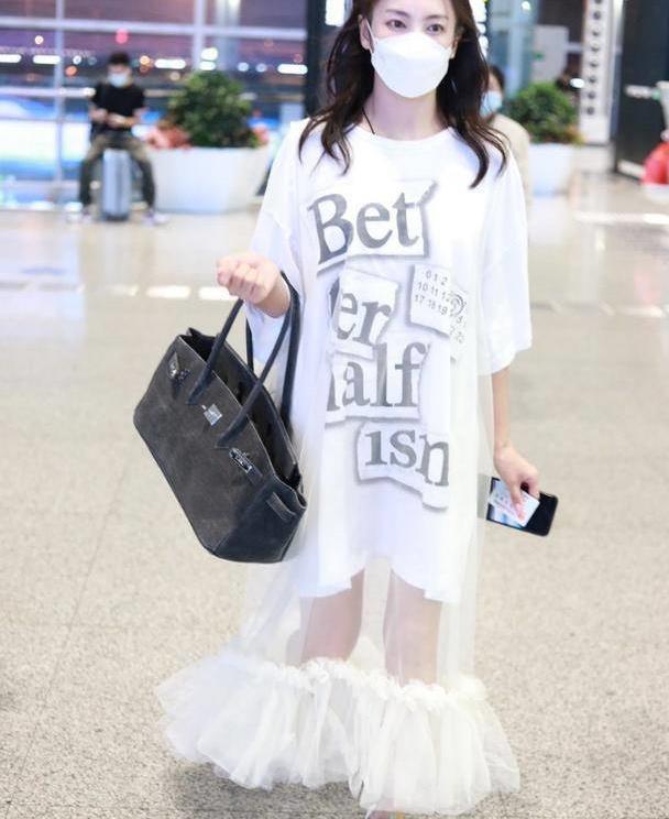 """张雨绮穿衣时髦,字母T恤上罩层薄纱挺""""朦胧"""",清纯感十足"""