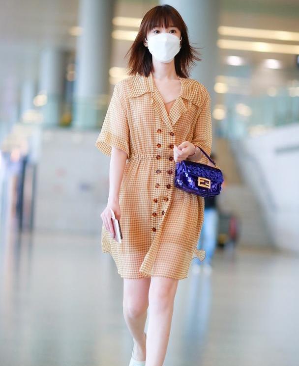 毛晓彤气质好甜美,黄色格子裙轻盈飘逸,齐刘海短发太减龄了