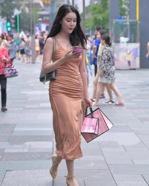 棉质开叉裙穿着舒不舒适?腰部褶皱不仅遮肉,小高跟太奢侈
