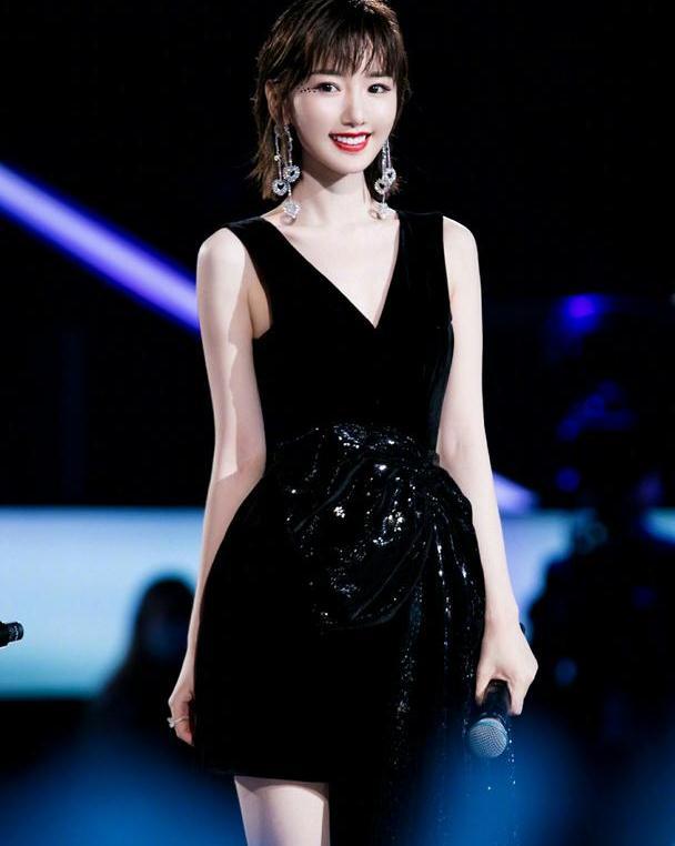毛晓彤气质清纯甜美,身穿黑色亮片连衣裙,风情万种大放异彩