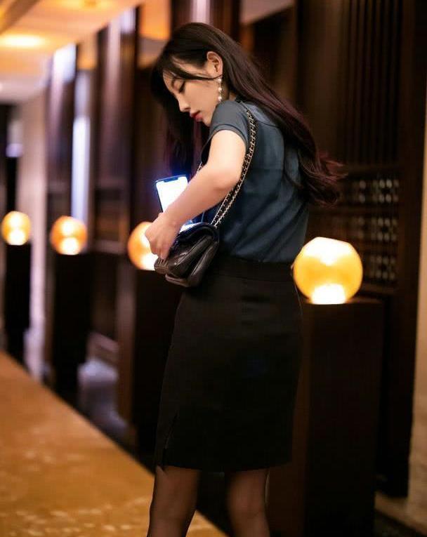 美女深蓝色衬衫,搭配黑色长发造型,看起来非常成熟