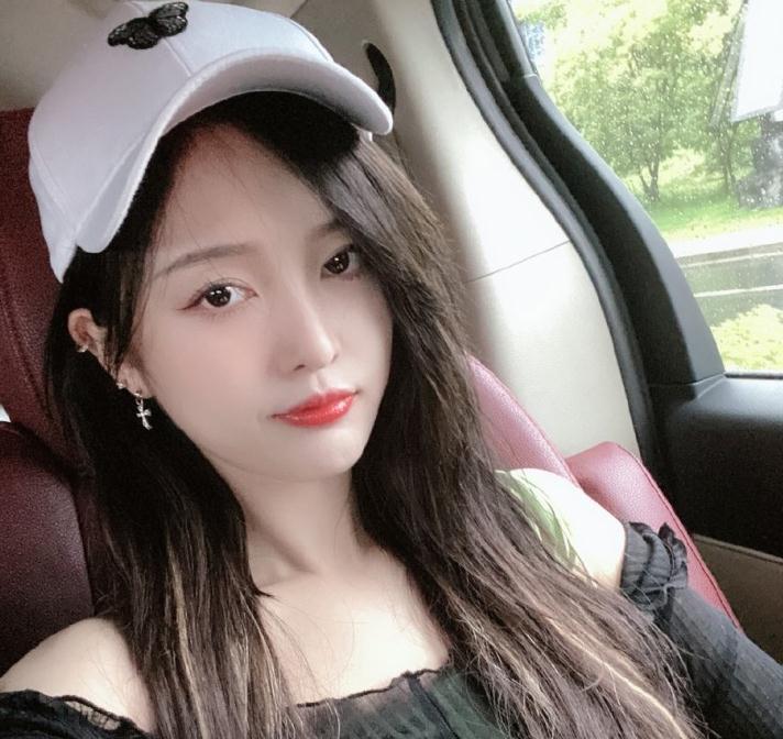 吴宣仪晒美照分享日常 戴棒球帽穿露肩上衣撸猫悠闲惬意