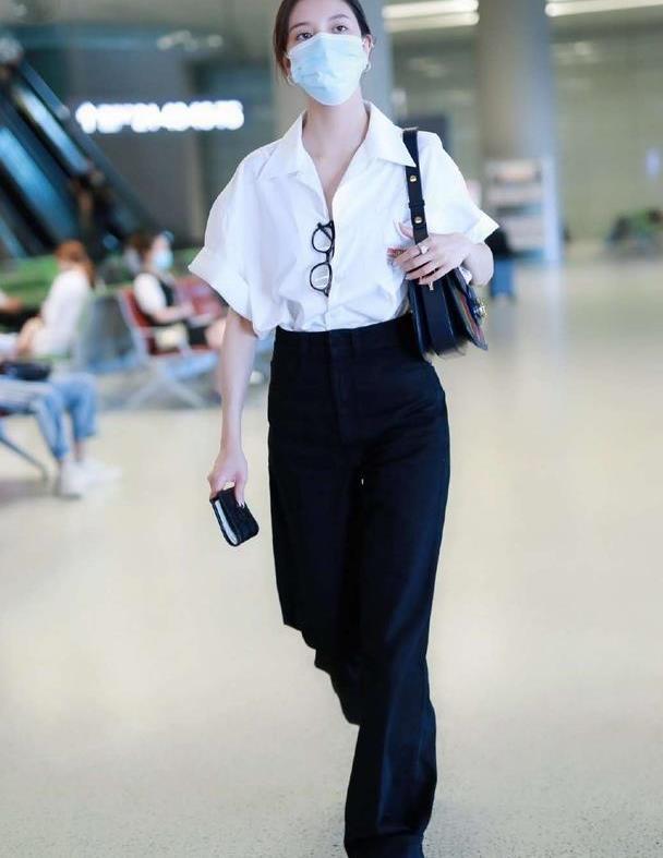 宋妍霏素颜亮相机场,身穿白色衬衫搭配高腰裤,文艺范儿十足