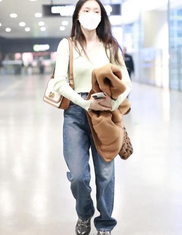 林允对颜值很自信,穿嫩绿针织衫素颜走机场,却依旧这么美