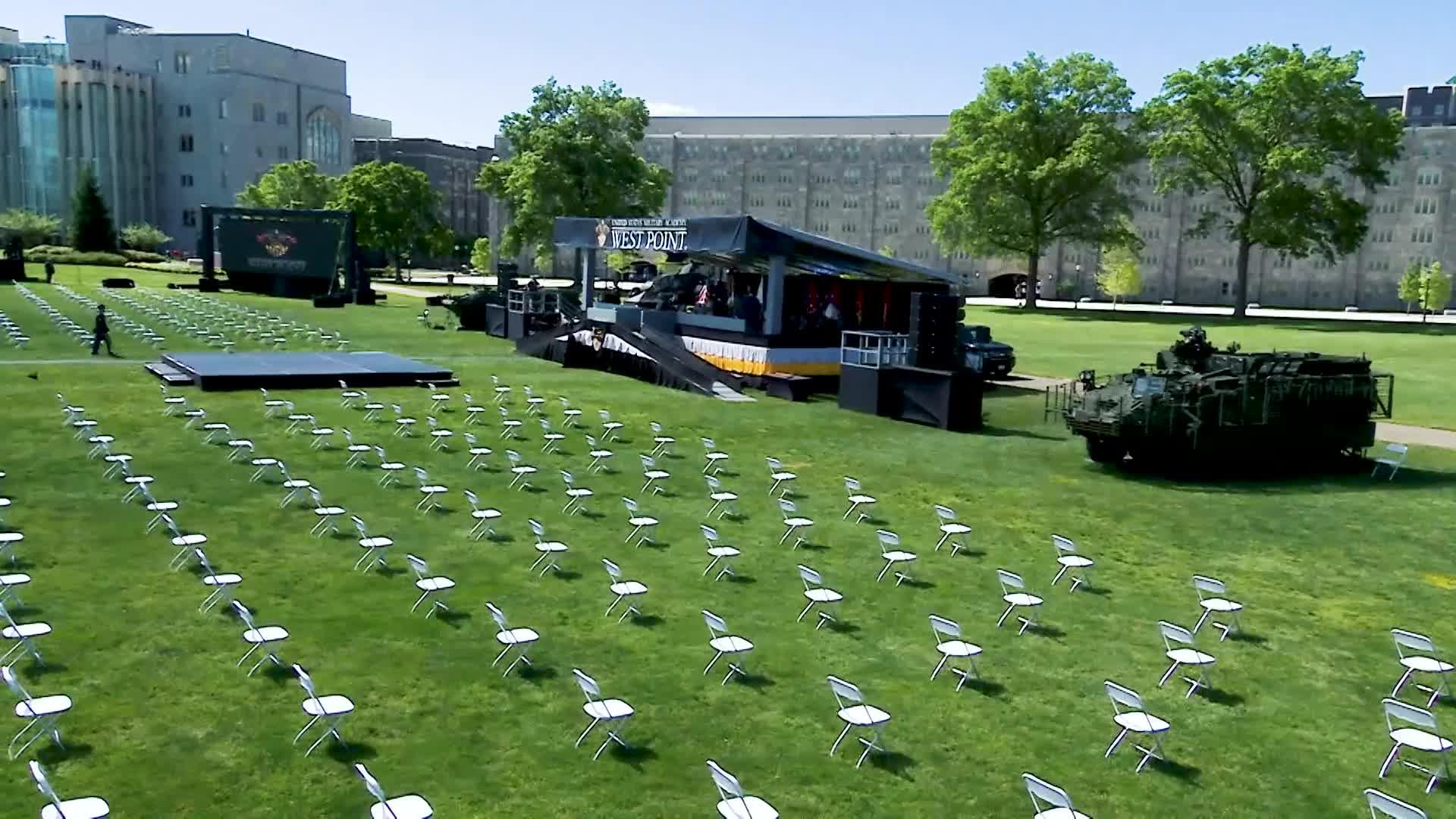美国西点军校毕业典礼现场,也开始戴口罩规范座位距离