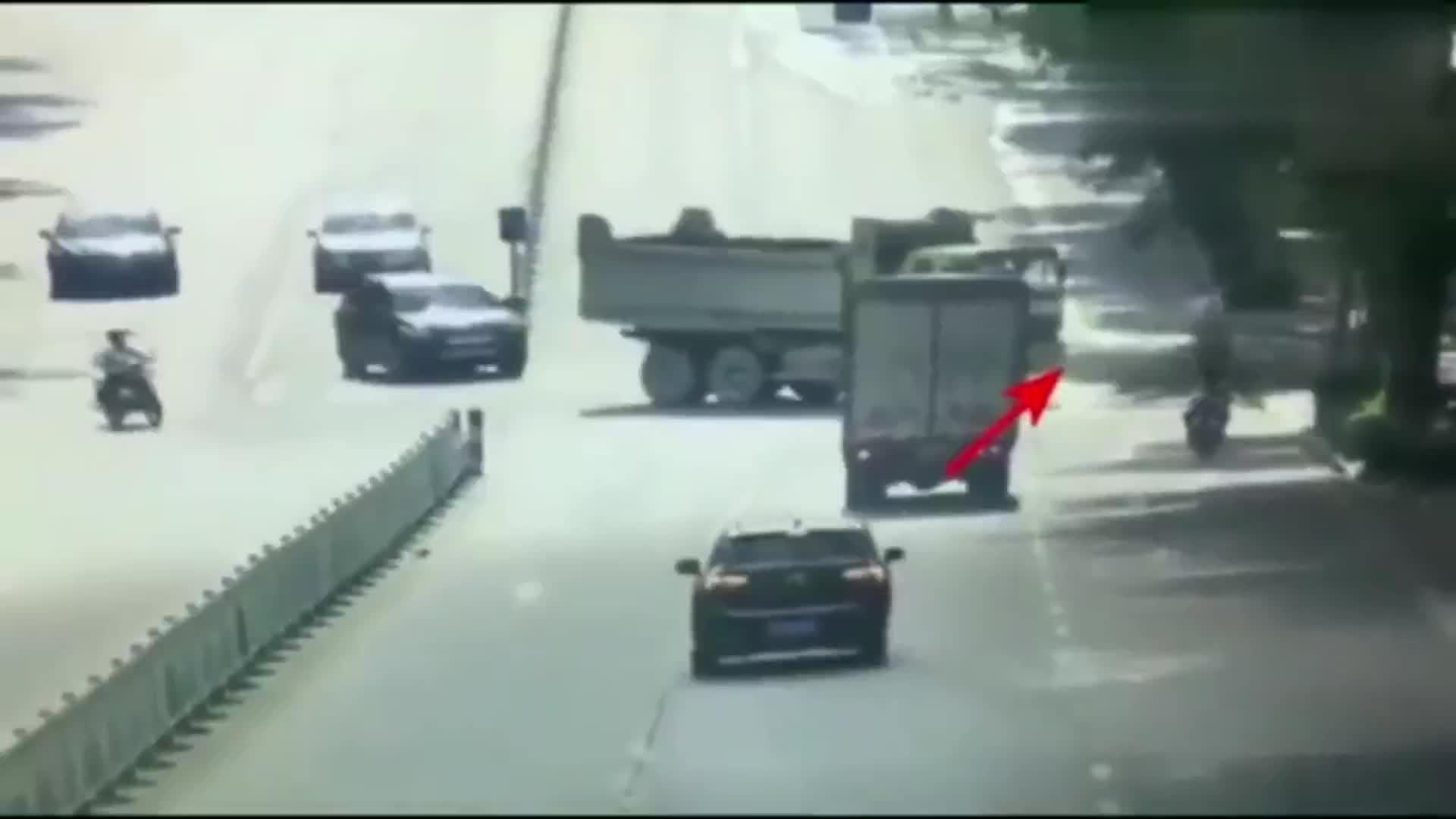 骑个电动车也敢这么开,出了这种事故能怪谁?
