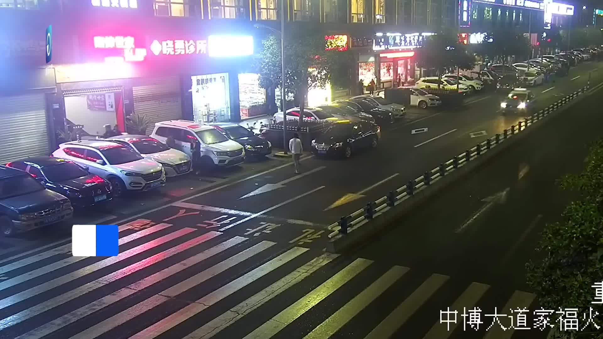 摩托车经过人行横道时未让行 撞上过马路行人双双摔倒