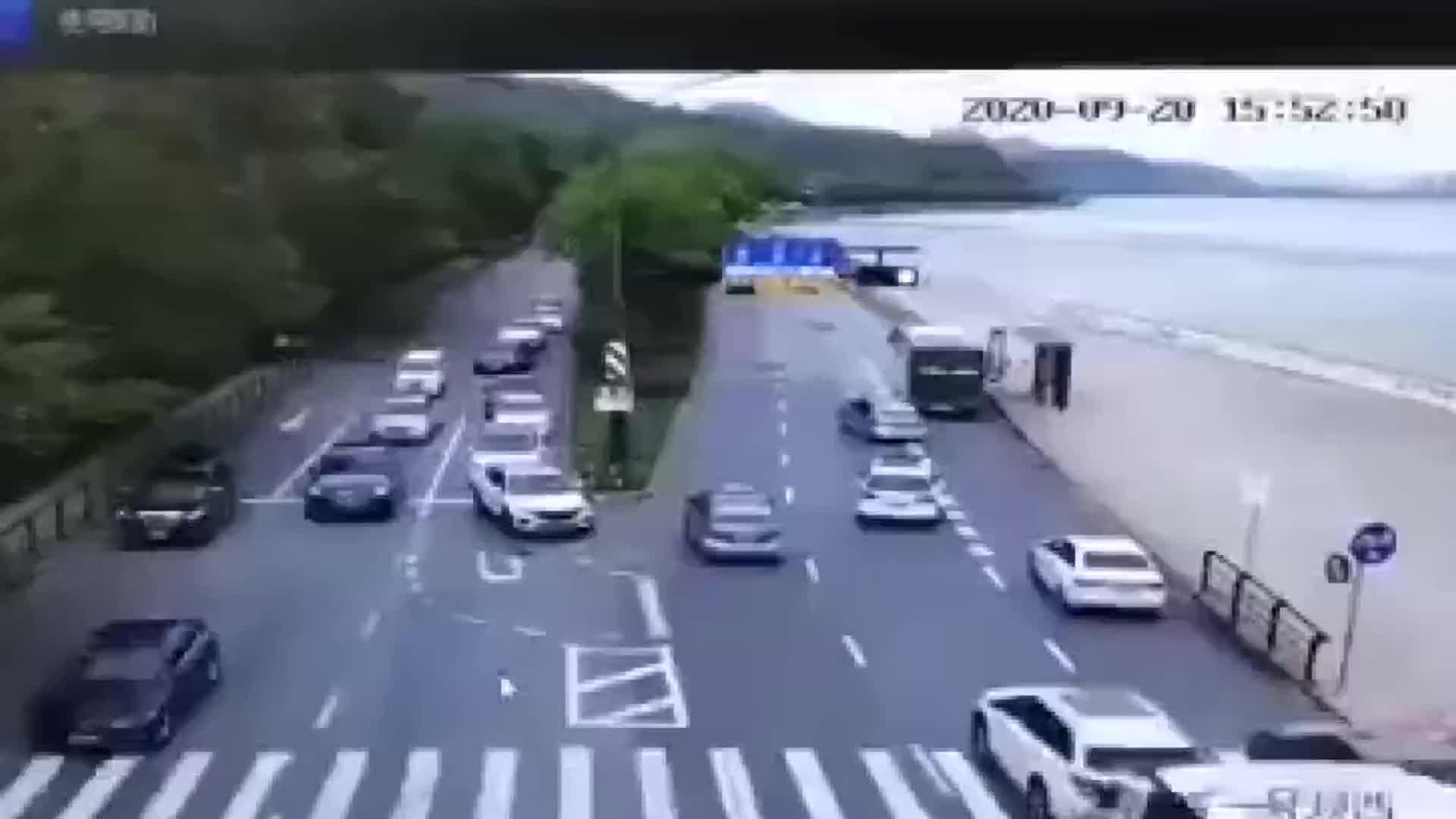 钱塘江潮水涌上路面,多车瞬间被冲跑