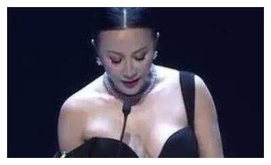 """当54岁刘嘉玲撞上贾静雯,同穿""""滑肩""""礼服,图4贾静雯完胜"""