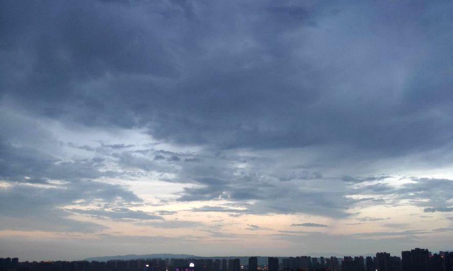 昨晚秦岭终南山突降大雨,西安上空出现精彩一幕,仿佛水墨画卷