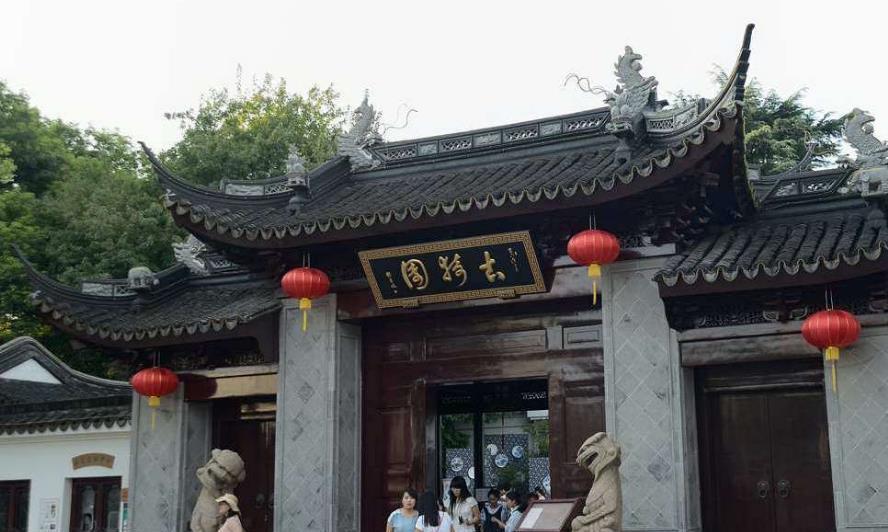 上海的石狮子又火了,面带微笑毫不威风,游客:怎么饿瘦的?