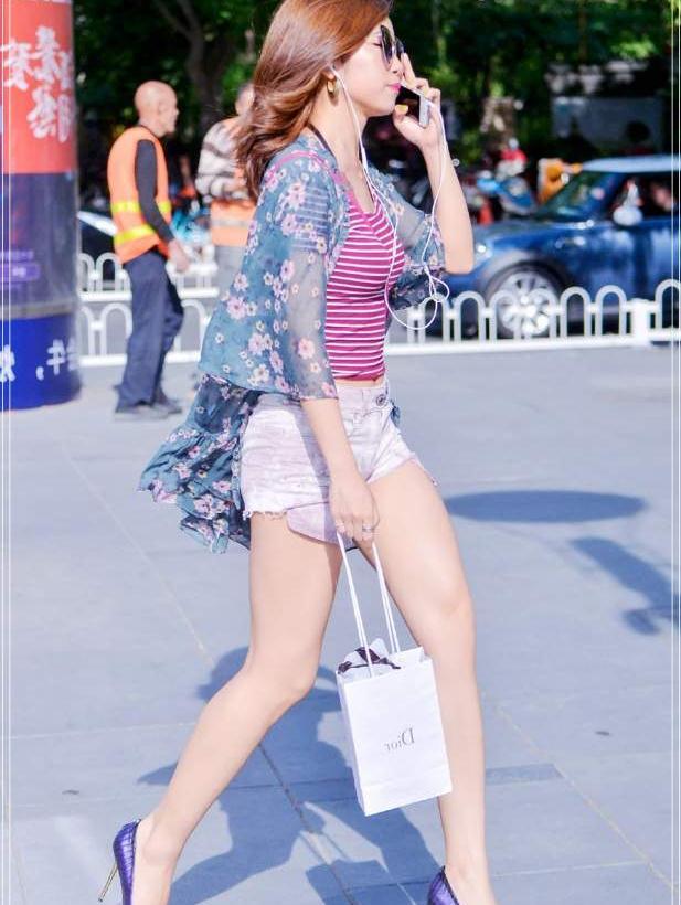街拍:学时尚妹子的休闲搭配,这件碎花衫减龄十足