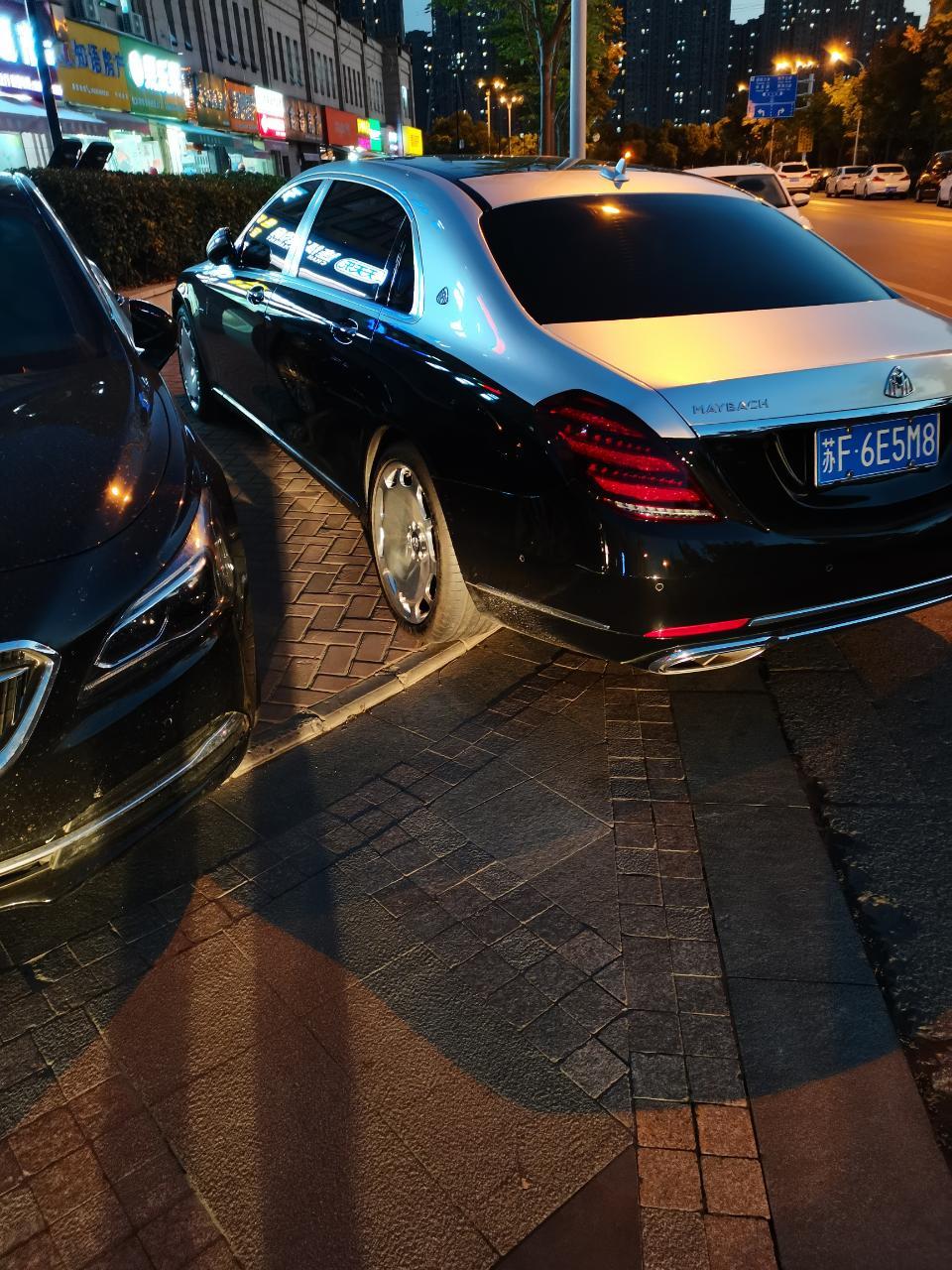 南通居安路偶遇双色版迈巴赫S560,个性轮毂非常亮眼!
