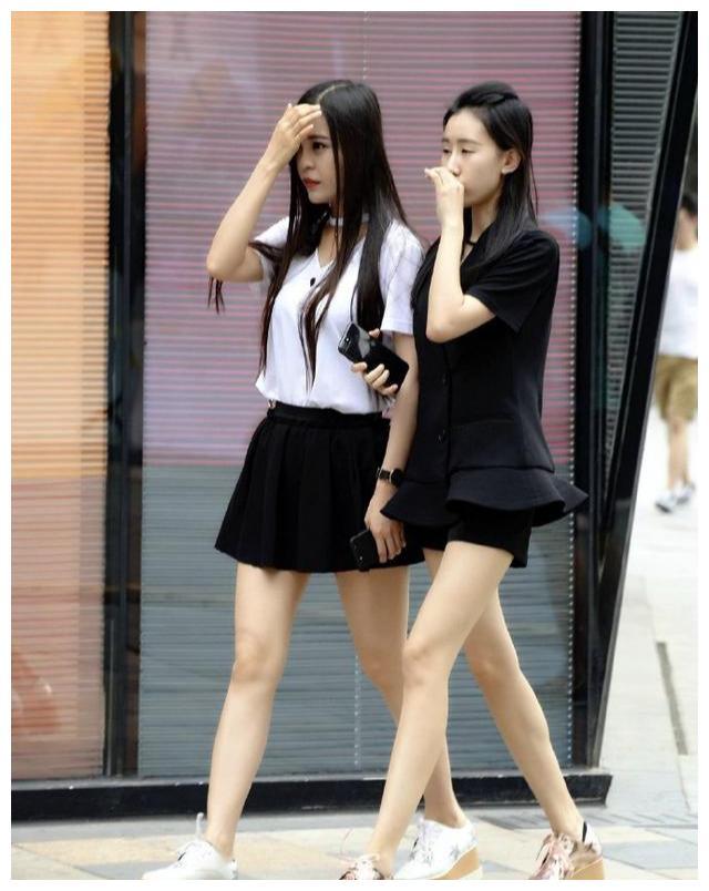 穿着厚底鞋去逛街的闺蜜,一个短裙显时尚,另一个短裤更俏皮