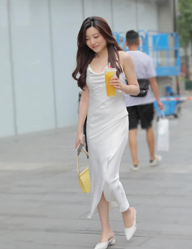 穿腻了短裙,那就试试修身的吊带长裙,清爽又雅致