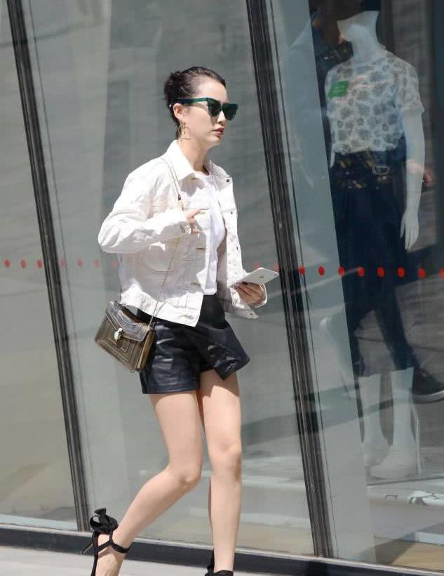 街拍:白色外套加皮质短裤,气质加分