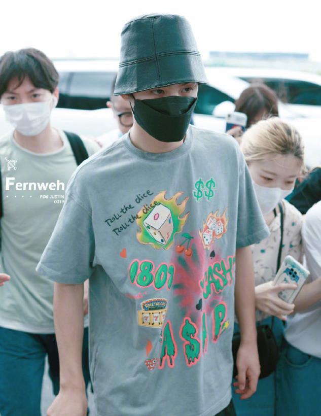 黄明昊身穿石灰色T恤衫搭配皮质渔夫帽现身机场,潮酷有范儿