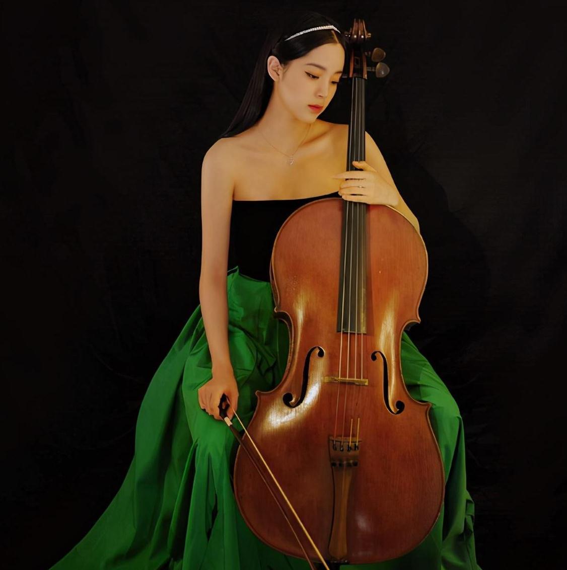 欧阳娜娜近日活动造型,穿拼色抹胸裙搭配珍珠发箍,自带文艺结界