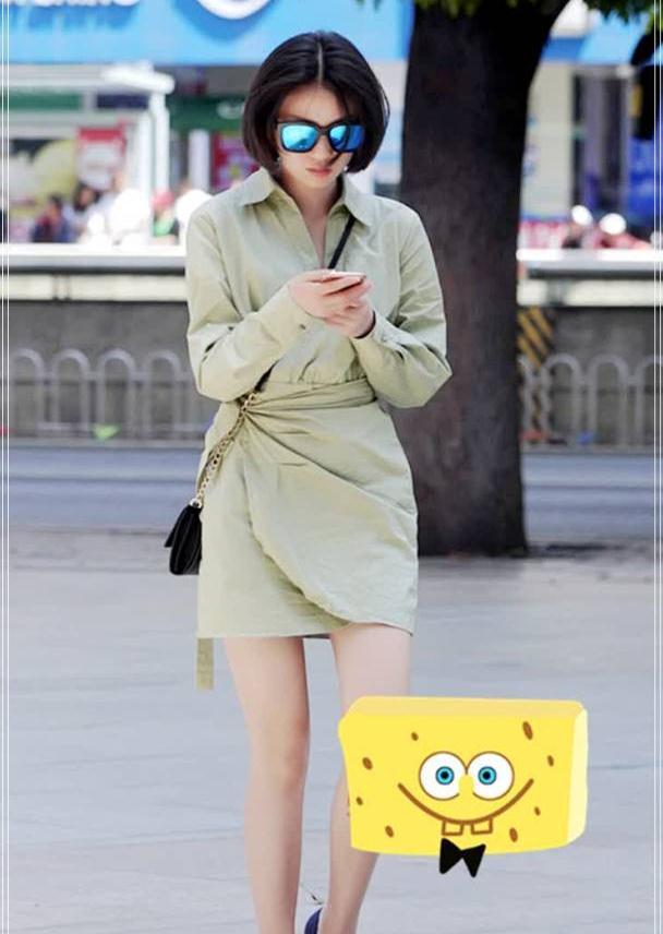 """街拍:学小姐姐的清新搭配,这件""""绿豆色""""短裙特别显白"""