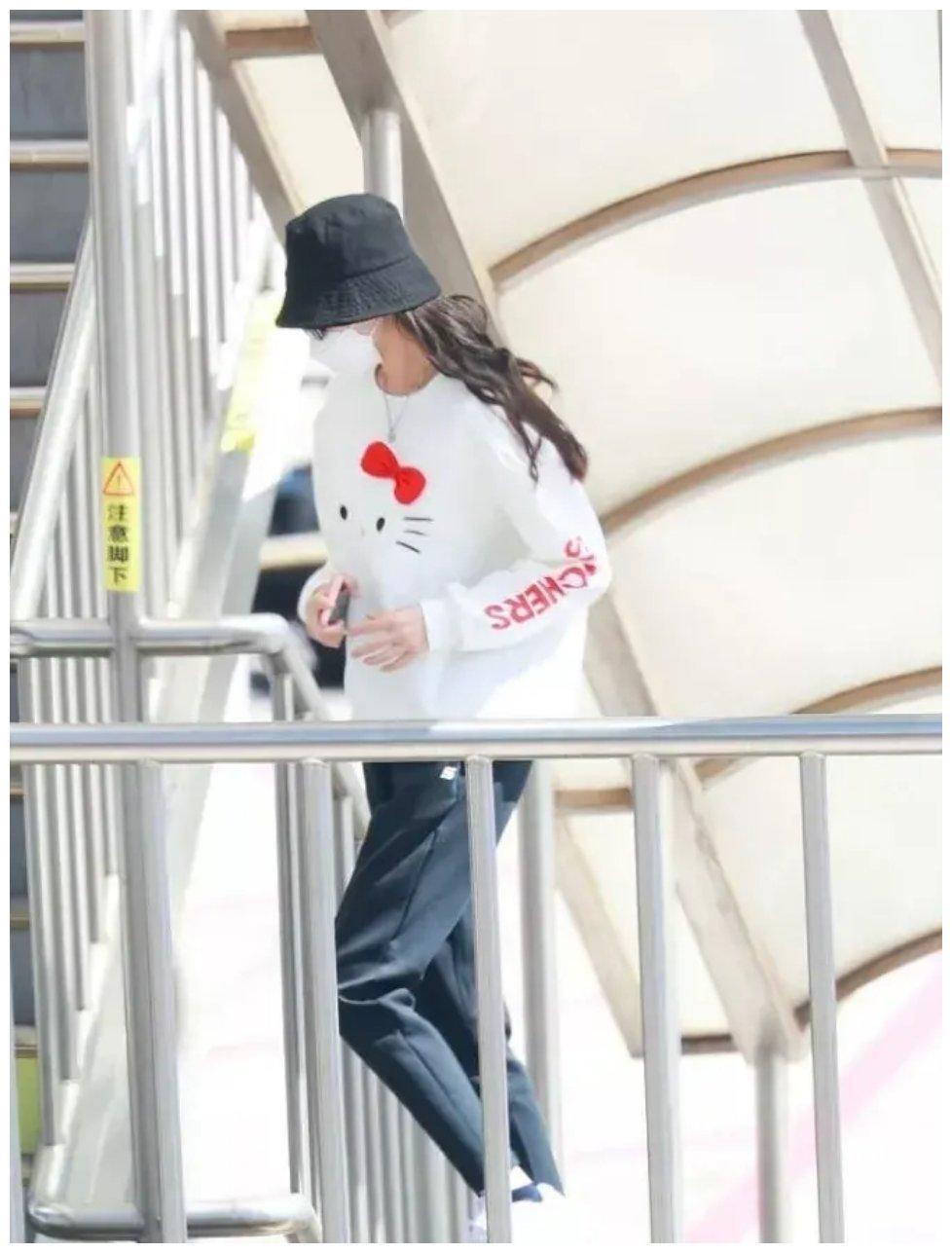 唐嫣穿可爱卫衣亮相于机场,被不少人称她当妈后仍旧具有少女心。