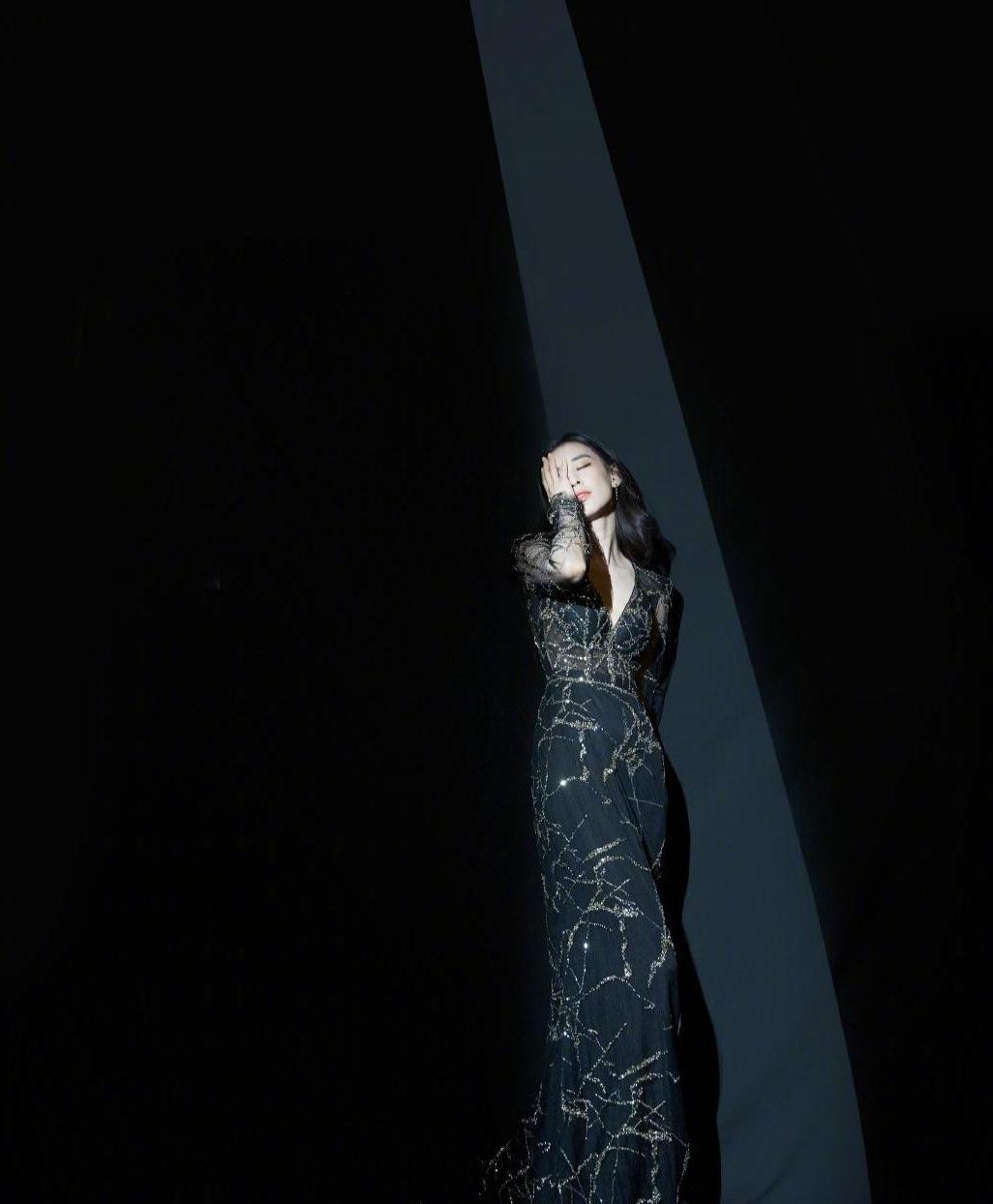阔太黄圣依终于有明星样了,穿金丝线黑底修身长裙,尽显优雅姿态