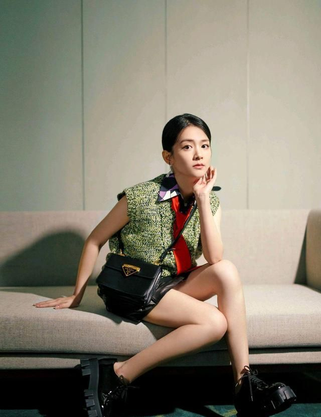 陈昊宇身穿V领毛衣搭配黑色皮质短裙,随性自然简约利落