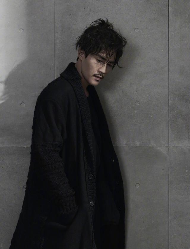 杜淳全新黑色写真曝光,身着长短黑衣尽显沉稳大气
