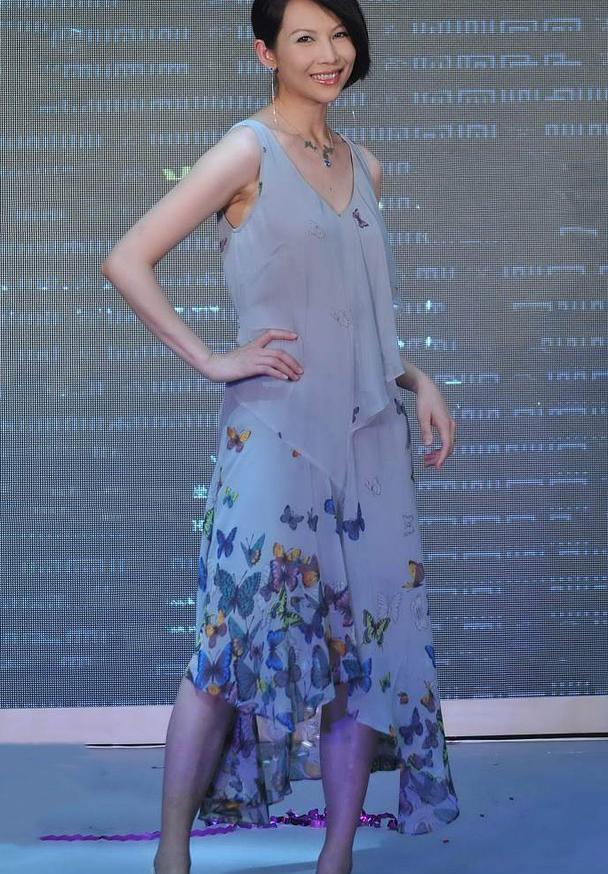 蔡少芬真是个时髦精,穿吊带纱裙配蝴蝶项链,短发洋气又显气质