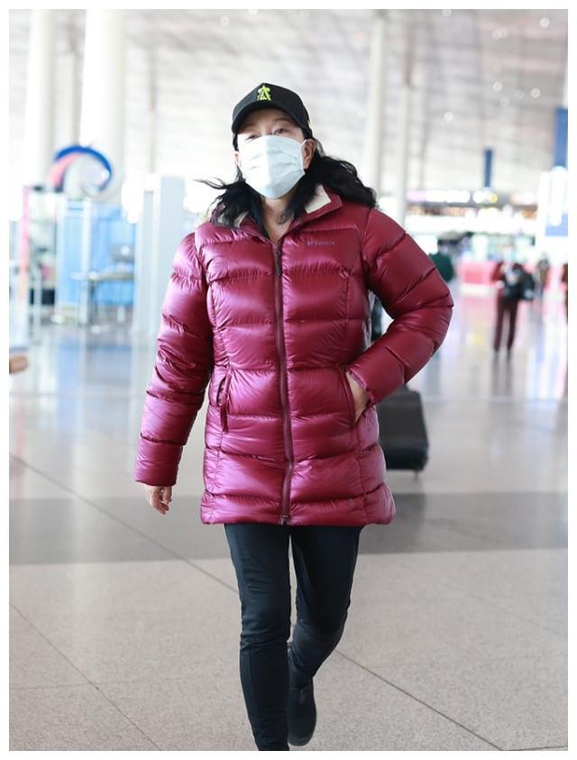 刘晓庆私下的时候真没有明星架子,穿的这么厚,看着真挺实在的