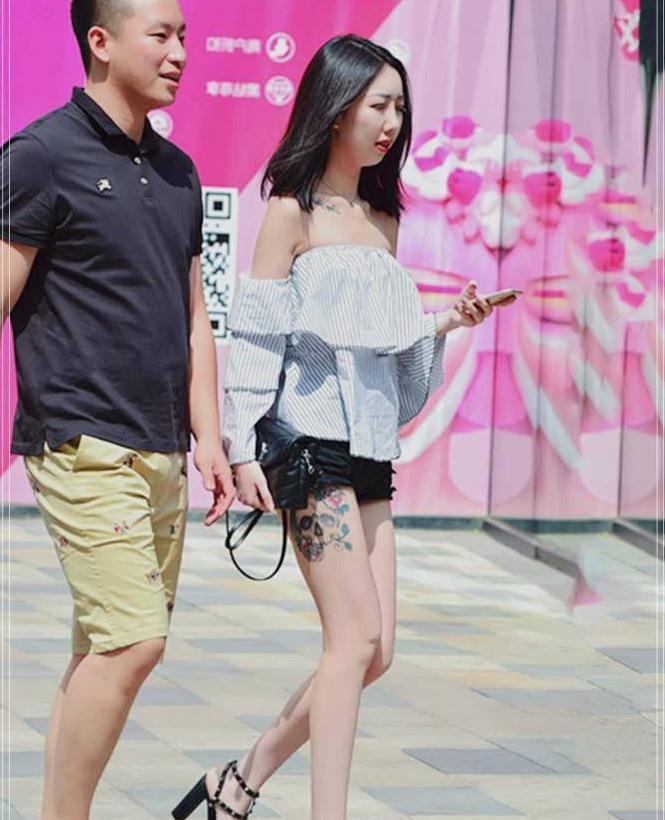 街拍:学小姐姐的夏日潮搭,典雅露肩装搭配柳丁高跟!超好看
