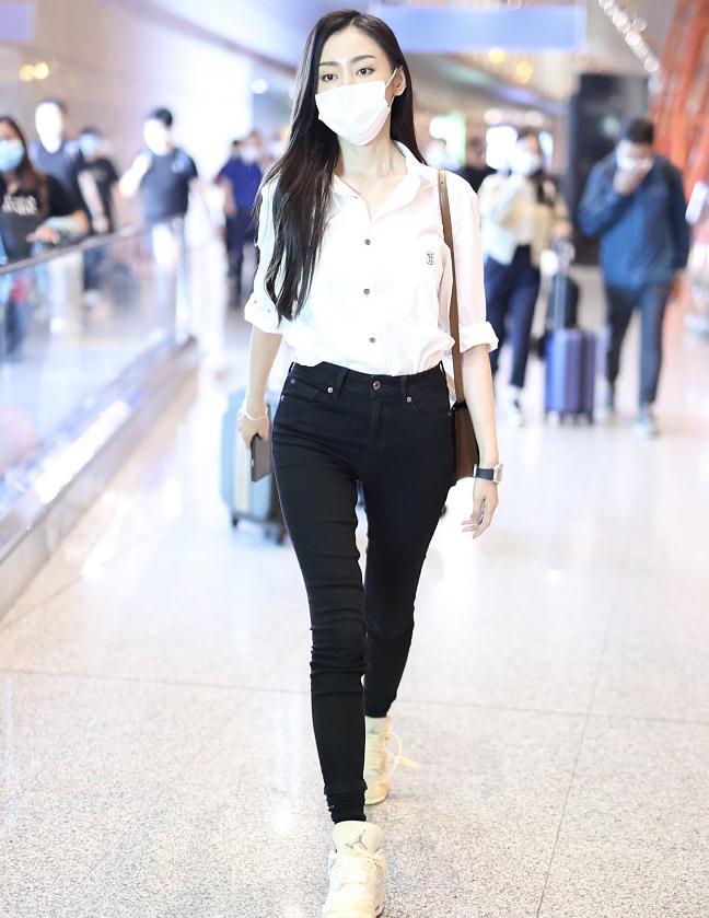 张天爱街拍:Burberry白衬衣黑色铅笔裤 Celine包干练知性