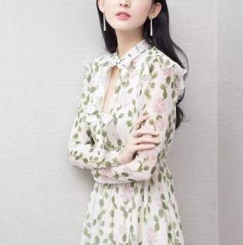 周海媚越老越有味道,穿印花长款连衣裙,其他款印花裙