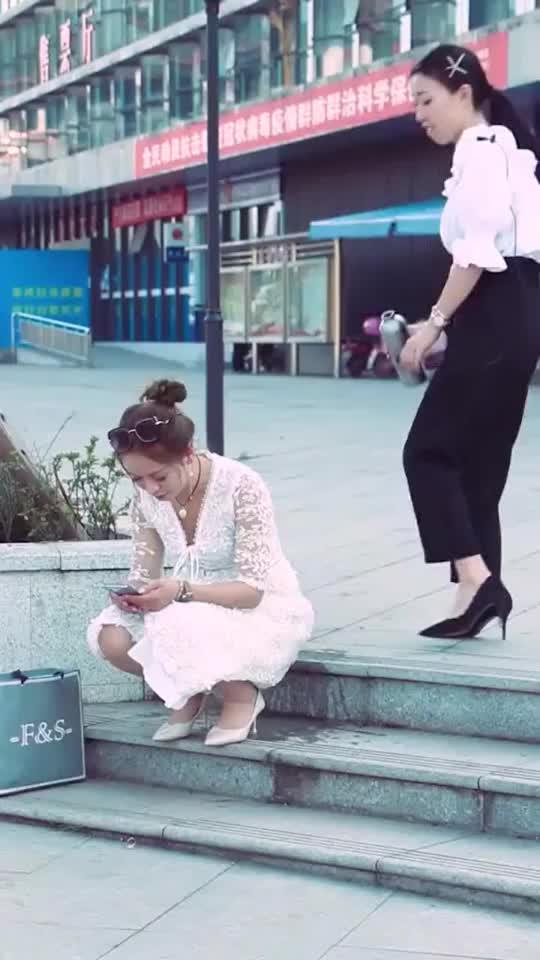 姑娘蹲在石阶上路人看见却悄悄倒水妹子蒙圈了