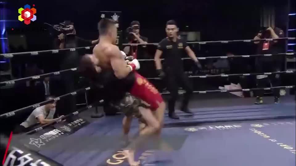 虎王铁英华绝境翻盘,被对手两次裸绞暴力破开后急眼送对手TKO